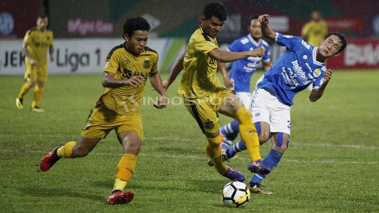 Oh In Kyun (kanan) berebut bola dengan pemain BFC. Copyright: © Herry Ibrahim/INDOSPORT