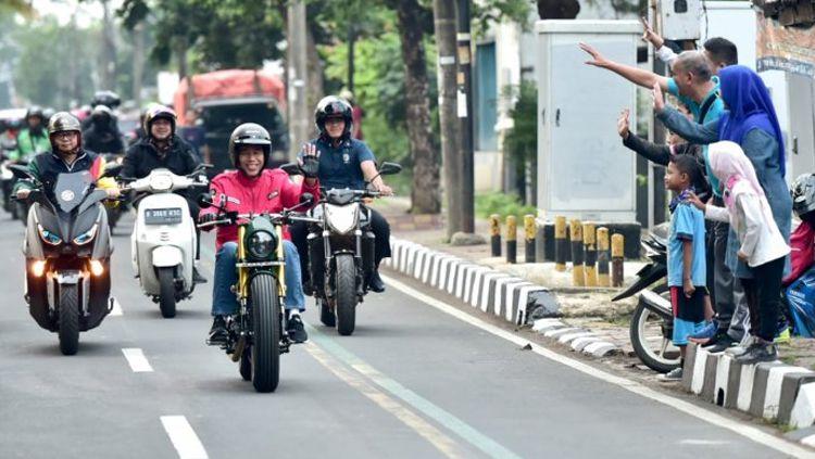 Presiden Jokowi menunggangi Kawasaki W175 bergaya tracker. Copyright: © Muchli Jr/Biro Pers Setpres