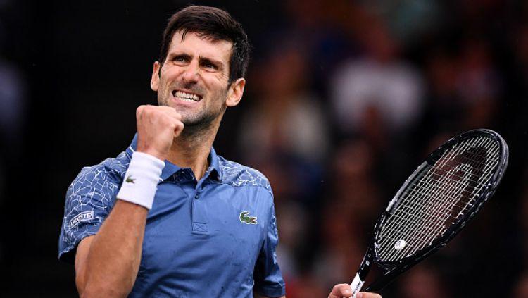 Novak Djokovic selebrasi usai mengalahkan Roger Federer di semifinal Paris Master 2018. Copyright: © INDOSPORT