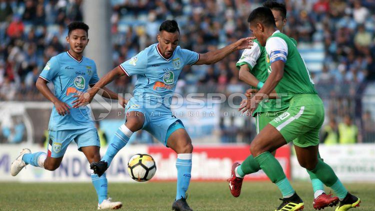 Salah satu aksi pemain Persela Lamongan, Diego Assis. Copyright: © Ian Setiawan/INDOSPORT