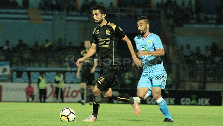 Diego Assis saat berebut bola dengan pemain Sriwijaya FC. Copyright: © Ian Setiawan/INDOSPORT