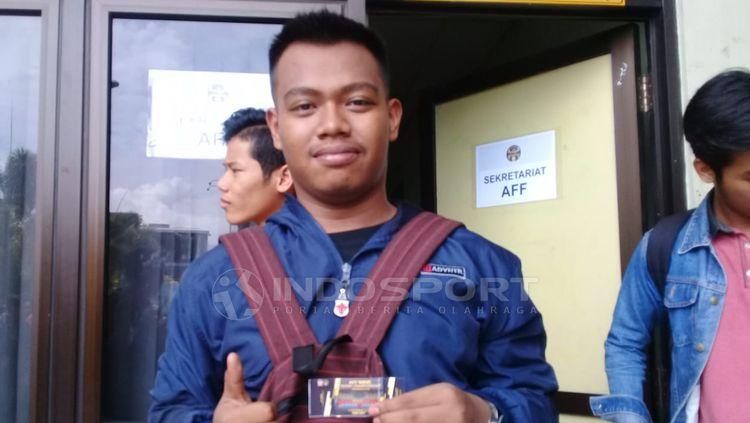 Salah seorang sudah mendapatkan tiket AFF Futsal Club Championship 2018 setelah antre panjang Copyright: © Ronald Seger Prabowo/INDOSPORT