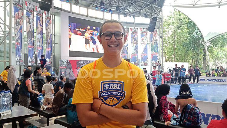 Dimaz Muharri, Pelatih Basket DBL Academy Copyright: © INDOSPORT/Shintya Anya Maharani