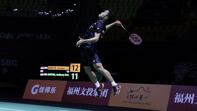 Anthony Ginting kandaskan Jonatan christie di perdelapanfinal Fuzhou China Open 2018. Copyright: © Humas PBSI