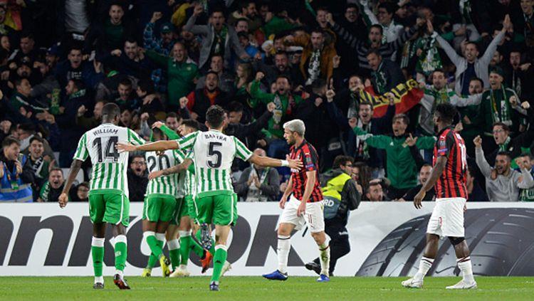 Para pemain Real Betis merayakan gol usai membobol gawang AC Milan dalam lanjutan penyisihan grup Liga Europa 2018. Copyright: © CRISTINA QUICLER/AFP/Getty Images
