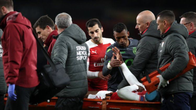 Nani dan Henrikh Mkhitaryan saat memberi dukungan untuk Danny Welbeck Copyright: © Mirror Football