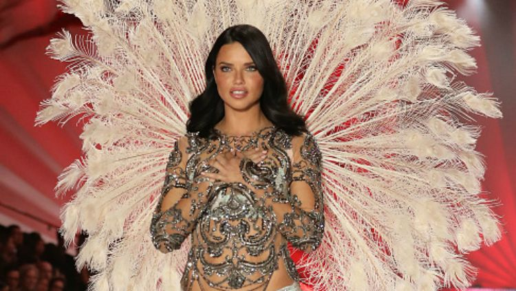 Adriana Lima catwalk di Victoria's Secret Fashion Show 2018. Copyright: © INDOSPORT