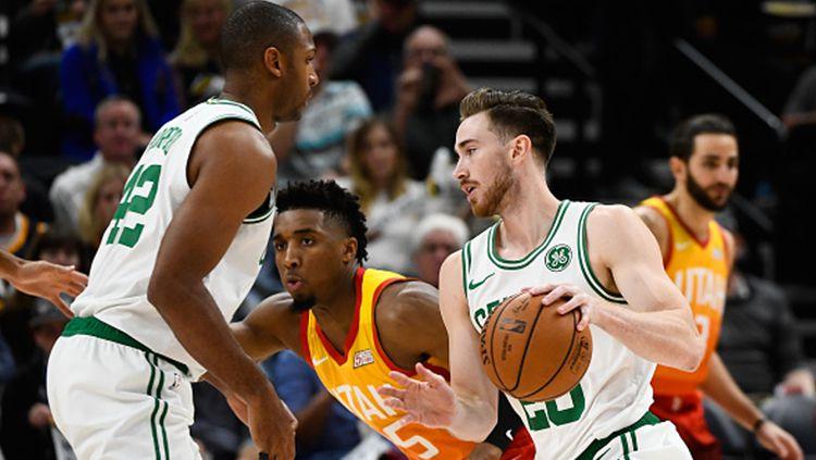 Donovan Mitchell Utah Jazz kawal pemain Boston Celtics tengah membawa bola Copyright: © Getty Images