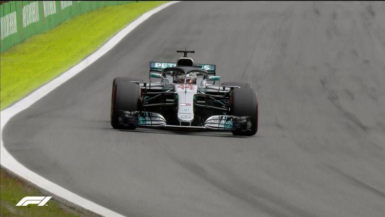Lewis Hamilton usai menjalani sesi kualifikasi Formula 1 GP Brasil. Copyright: © Twitter.com/f1