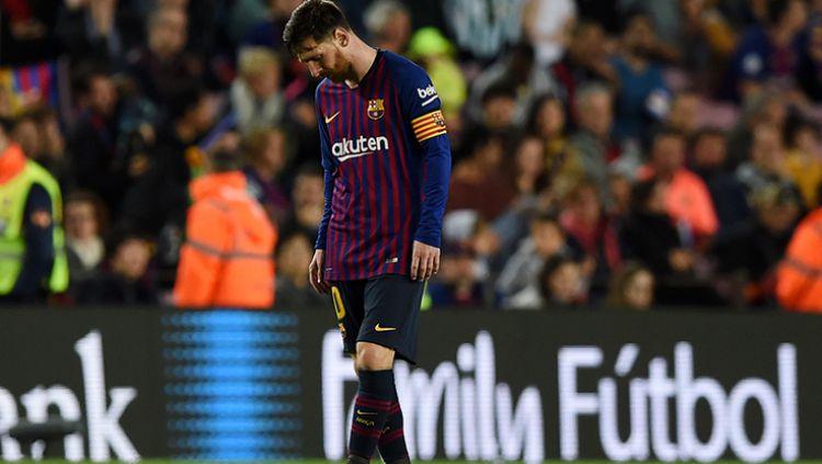 Lionel Messi tertunduk lesu usai Barcelona kalah dari Real Betis. Copyright: © Alex Caparros/Getty Images