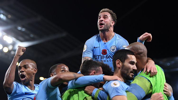 Kyle Walker berselebrasi bersama para pemain Man City. Copyright: © Getty Images