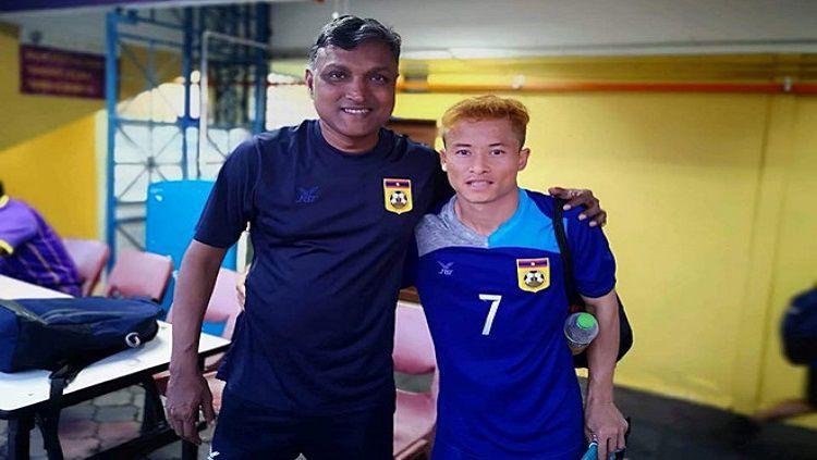 Laos secara mengejutkan berhasil lolos ke putaran final Piala AFC U-19 2020 berkat tangan dingin pelatih asal Singapura, V. Sundram Moorthy (kiri). Copyright: © Bongda.vn