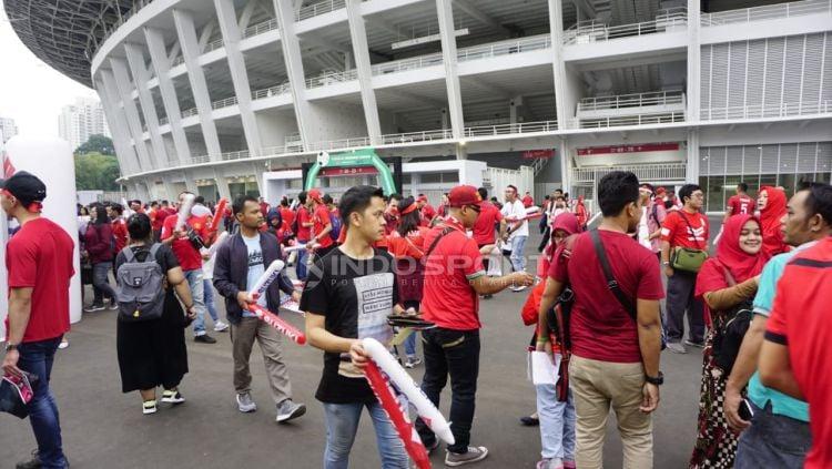 Suporter Indonesia mulai memadati Stadion Gelora Bung Karno, jelang pertandingan Indonesia vs Timor Leste, Selasa (13/11/18). Copyright: © Herry Ibrahim/Indosport.com