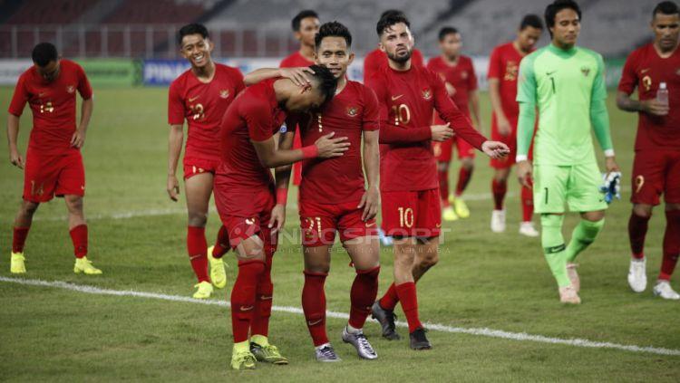 Ucapana terima kasih pemain Timnas Indonesia untuk para suporter yang hadir SUGBK usai tundukan Timor Leste. Copyright: © Herry Ibrahim/Indosport.com