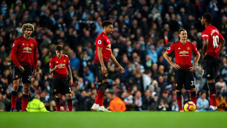 Para pemain Manchester United tertunduk lesu usai dihempaskan oleh Manchester City pada akhir pekan kemarin. Copyright: © Getty Images