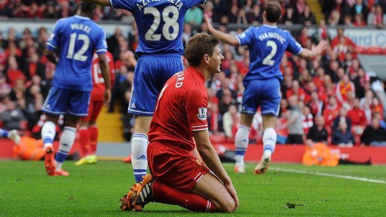 Steven Gerrard terlihat kecewa setelah membiarkan Demba Ba menceta gol untuk Chelsea. Copyright: © Getty Images