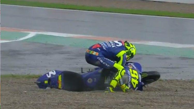 Valentino Rossi saat jatuh dan keluar lintasan di GP Valencia. Copyright: © Twitter.com/MotoGP