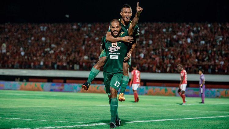 David Silva bersama Osvaldo Haay berselebrasi usai mencetak gol ke gawang Bali United. Copyright: © Media Persebaya