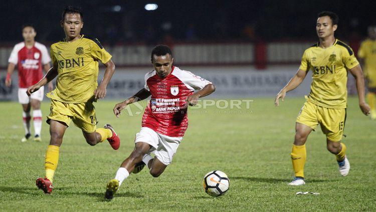 Aksi pemain Persipura, Todd Rivaldo Ferre (tengah) menggiring bola ke pertahanan BFC. Copyright: © Herry Ibrahim/INDOSPORT