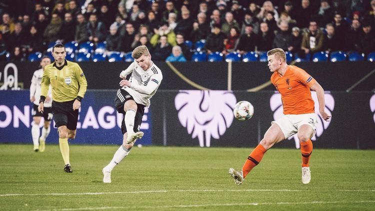 Striker Jerman Timo Werner saat menendang bola ke gawang Belanda dalam ajang UEFA Nations League, Selasa (20/11/18). Copyright: © INDOSPORT