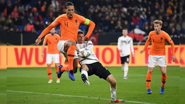 Gol Virgil van Dijk berhasil menyelamatkan Belanda dari kekalahan atas Jerman di UEFA Nations League, Selasa (20/11/18). Copyright: © Getty Images
