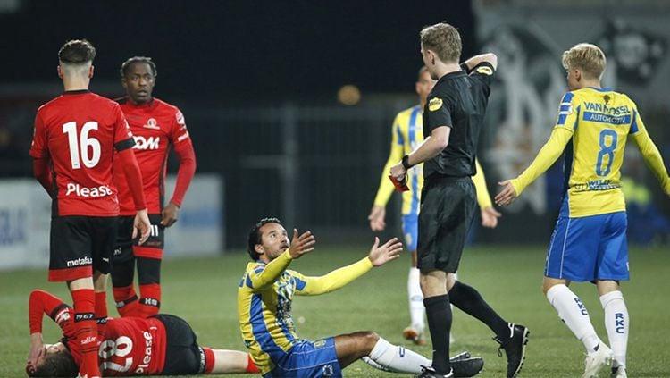 Ezra Walian mendapatkan kartu merah saat membela klubnya Rkc Waalwijk Copyright: © foxsports.nl