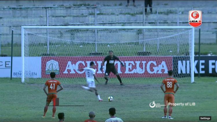 Penalti aneh di laga Aceh United vs PS Mojokerto Putra. Copyright: © Screenshoot.