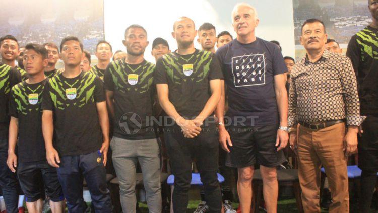 Pemain dan Pelatih Persib berfoto bersama seusai pertemuan dengan manajemen di 1933 Dapur & Kopi, Jalan Sulanjana, Kota Bandung, Rabu (21/11/2018). Copyright: © Arif Rahman/Indosport.com