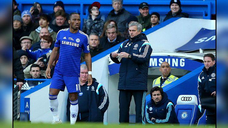 Didier Drogba (kiri) dan Jose Mourinho saat masih bekerja sama di Chelsea. Copyright: © Getty Images