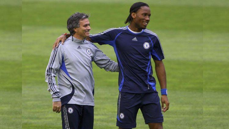 Jose Mourinho (kiri) dan Didier Drogba saat masih bekerja sama di Chelsea. Copyright: © Getty Images