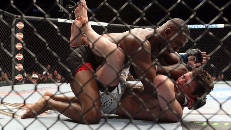 Petarung MMA sekaligus jawara kelas ringan UFC, Jon Jones harus ditahan polisi usai kedapatan mabuk dan membawa senjata api. Copyright: © MMA Mania