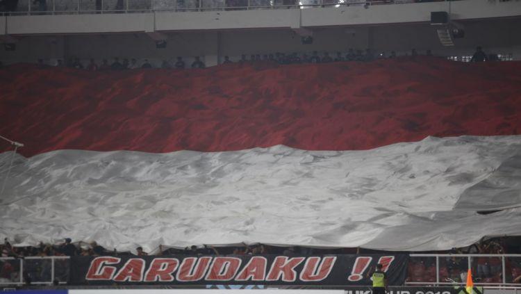 Bendera Indonesia berhasil dikibarkan suporter di GBK. Copyright: © Herry Ibrahim/INDOSPORT