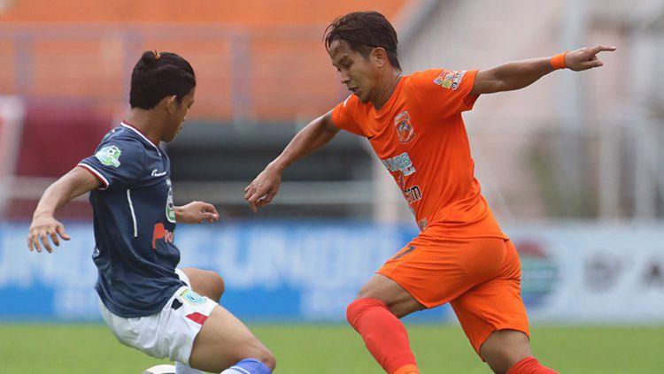 Duel antara pemain Borneo FC vs Persela Lamongan Copyright: © Borneo FC