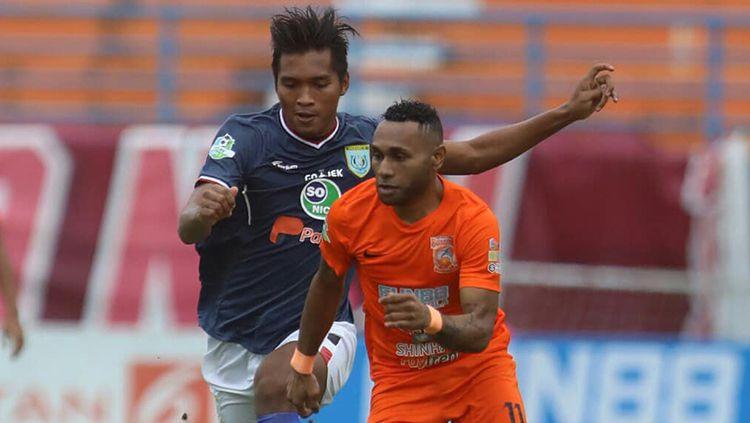 Titus Bonai duel dengan pemain Persela Lamongan Copyright: © Borneo FC