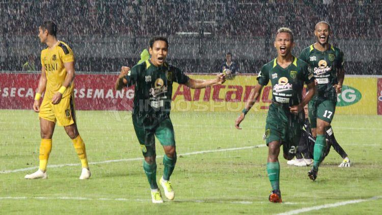 Osvaldo Haay melakukan selebrasi di menit ke-42 Copyright: © Fitra Herdian/INDOSPORT