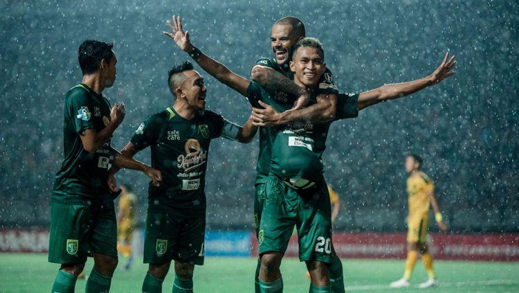 Para pemain Persebaya merayakan gol yang dicetak Osvaldo Haay ke gawang Bhayangkara FC di Stadion Gelora Bung Tomo malam ini Copyright: © /www.persebaya.id