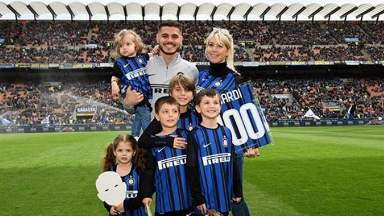 Mauro Icardi, Wanda Nara (istri) bersama anak-anaknya berseragam Inter Milan. Copyright: © Diario AS