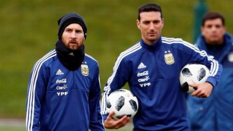 Lionel Scaloni (kanan) saat bersama Lionel Messi Copyright: © Reuters