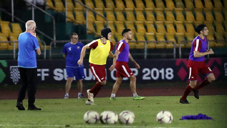Philipi Younghusband kenakan helm seperti Petr Cech ketika berlatih bersama pemain Timnas Filipina. Copyright: © Bongda.vn