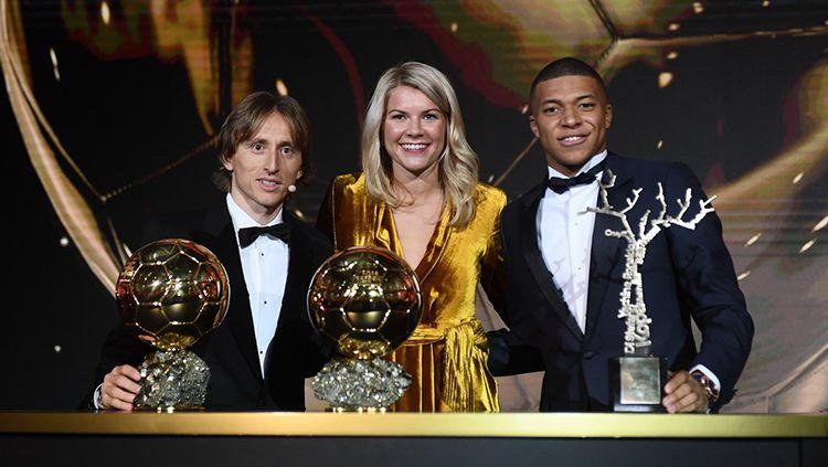 Luka Modric, Ada Hegerberg, dan Kylian Mbappe menjadi pemenang di gelaran Ballon d'Or 2018. Copyright: © Twitter@francefootball