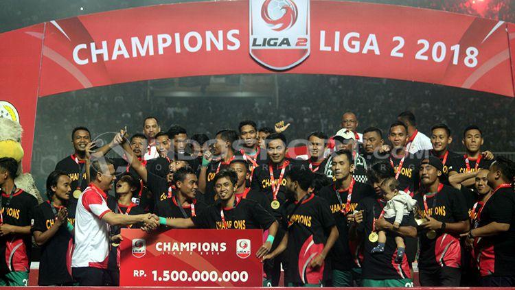Penyerahan piala kepada juara Liga 2 2018, PSS Sleman. Copyright: © Ronald Seger Prabowo/INDOSPORT