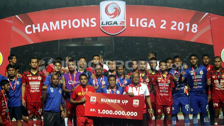 Penyerahan hadiah kepada runner up Liga 2, Semen Padang Copyright: © Ronald Seger Prabowo/INDOSPORT