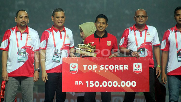 Indra Setiawan menerima penghargaan sebagai top skor Liga 2. Copyright: © Ronald Seger Prabowo/INDOSPORT