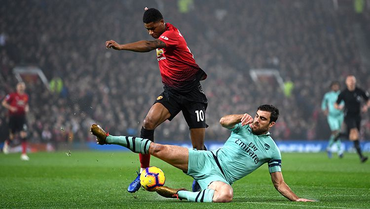Sokratis Papastathopoulos mencoba menjegal Marcus Rashford. Copyright: © Getty Images