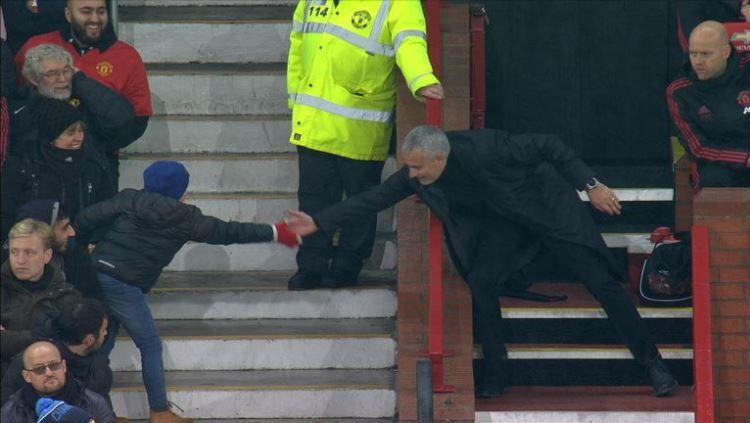 Aksi Jose Mourinho ketika menyapa seorang bocah suporter Manchester United. Copyright: © Sky Sports