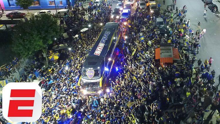 Ribuan penggemar Boca Junior mengiringi bus tim yang akan menuju bandara sebelum terbang ke Spanyol Copyright: © ESPN