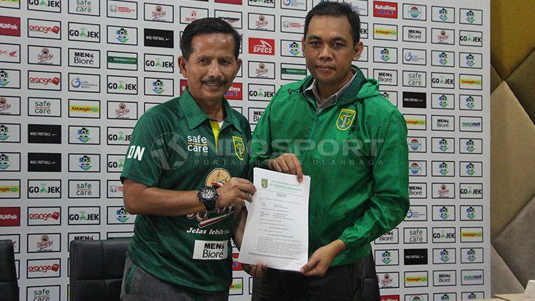 Tanda tangan kontrak Djanur di saksikan manajer Persebaya Candra Wahyudi. Copyright: © Fitra Herdian/INDOSPORT