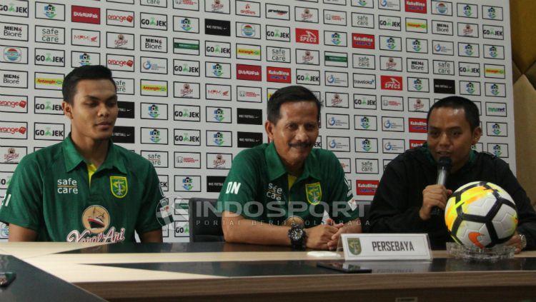 Rachmat Irianto dan Djajang Nurdjaman saat konferensi pers jelang laga  Persebaya vs PSIS, Jumat (07/12/18). Copyright: © Fitra Herdian Ariestianto/INDOSPORT