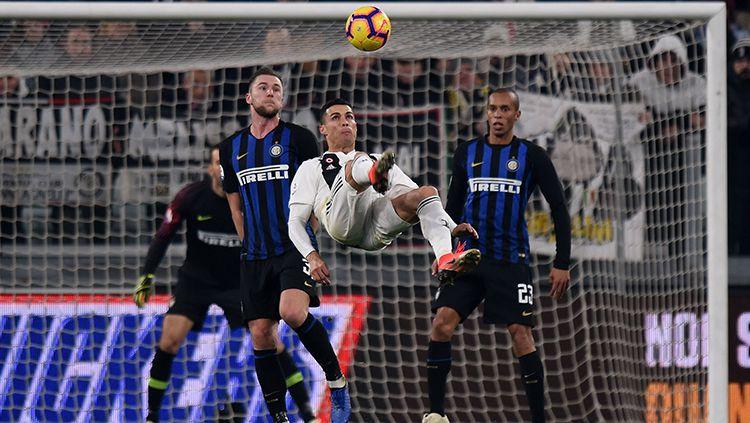 Ronaldo saat mencoba membobol gawang Inter Milan. Copyright: © Getty Images