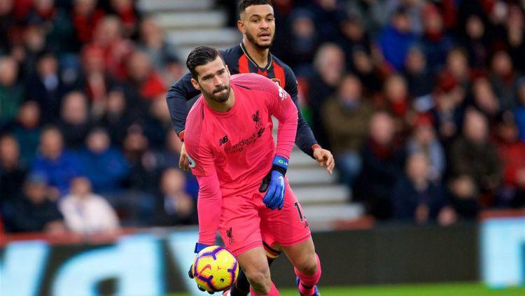 Alisson Becker di laga Bournemouth vs Liverpool, Sabtu (08/12/18). Copyright: © twitter.com/LFC